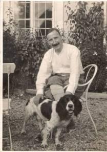 Stefan Zweig junto a uno de sus perros.