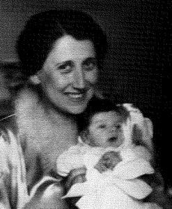 Lola, con el único hijo de la pareja Márai el cual sólo vivió siete semanas.